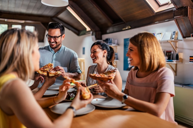Freunde essen gerne pizza zu hause. nahansicht.
