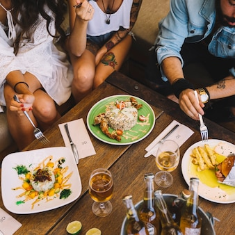 Freunde essen im restaurant
