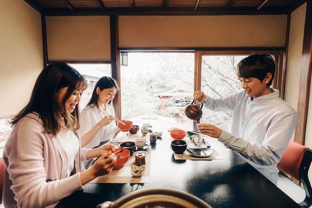 Freunde essen leckeres essen mittlerer schuss medium