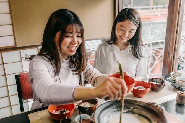 Freunde essen leckeres essen mittlerer schuss