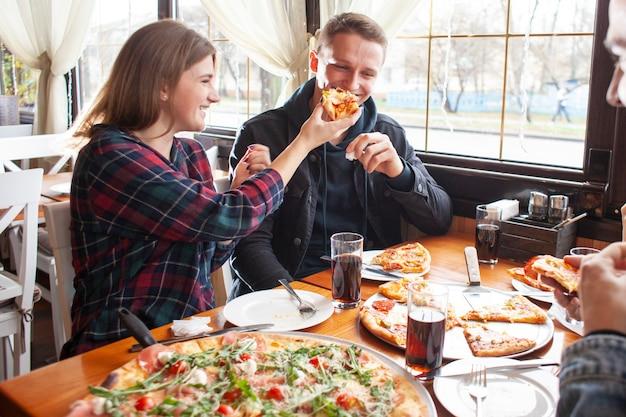 Freunde essen zusammen pizza