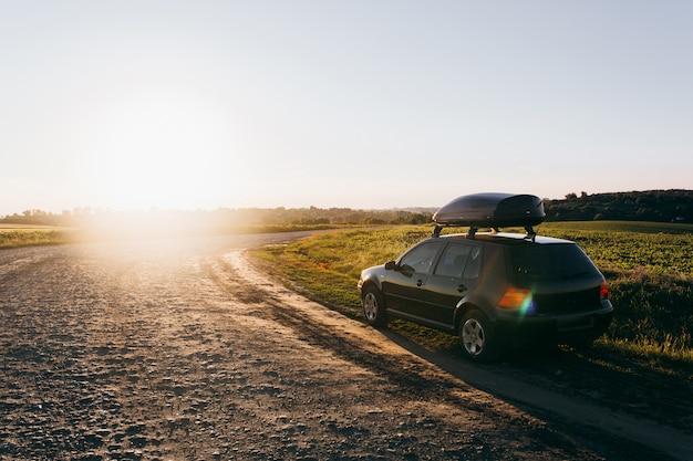 Freunde fahren mit dem auto in den urlaub