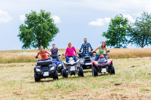 Freunde fahren mit dem quad oder atv im gelände