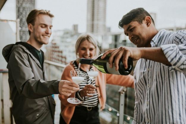 Freunde feiern auf einem dach
