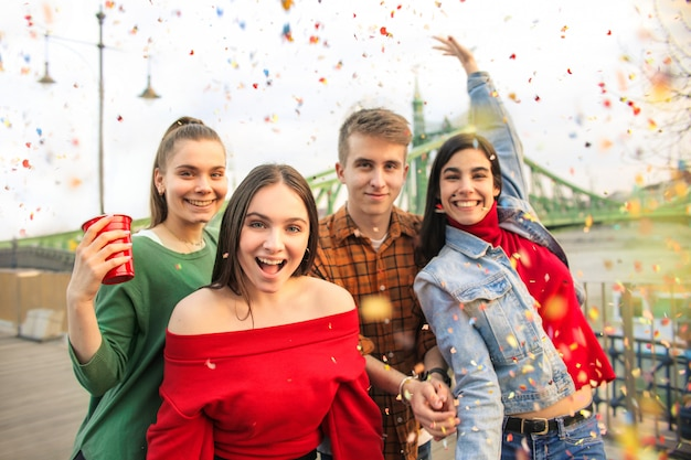 Freunde feiern auf einer terrasse