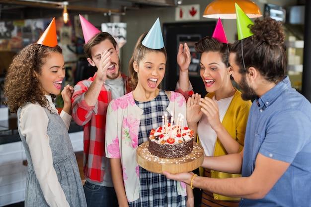 Freunde feiern geburtstag im restaurant