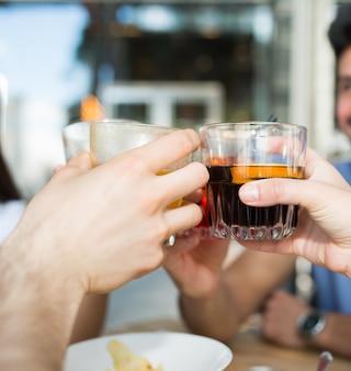 Freunde feiern getränk