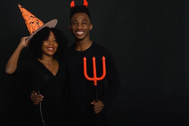 Freunde feiern halloween in kostümen