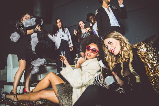 Freunde feiern in einem nachtclub