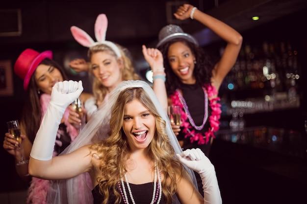 Freunde feiern junggesellenabschied