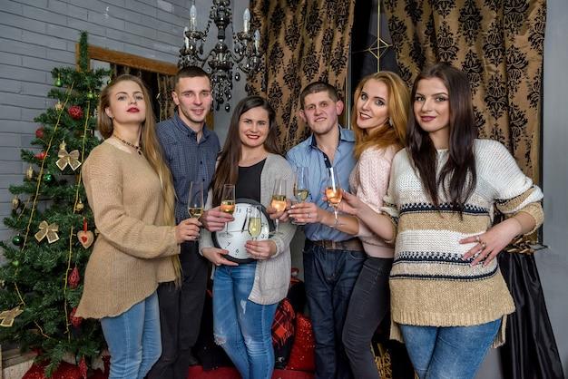 Freunde feiern mit uhr und glas champagner