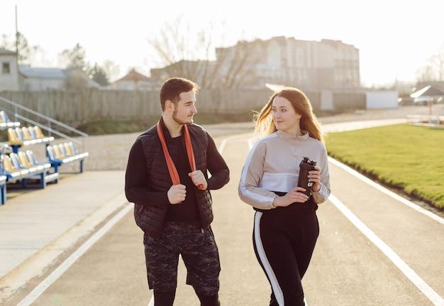Freunde fitness-training zusammen im freien leben aktiv gesund