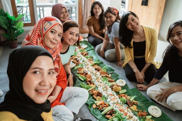 Freunde frau, die selfie zusammen nimmt, bevor sie ihr mittagessen essen