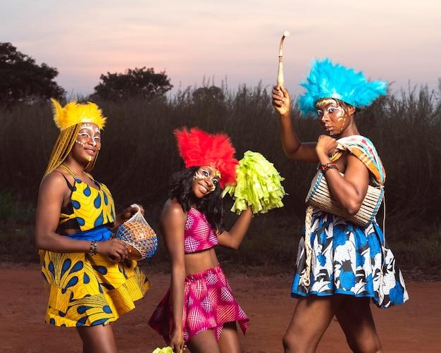 Freunde für karneval gekleidet
