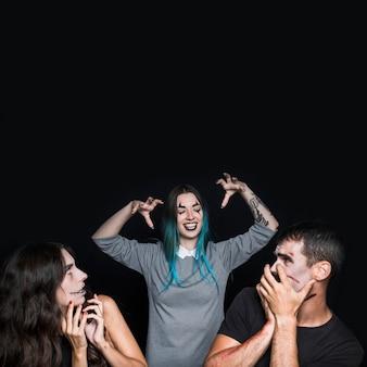 Freunde genießen auf halloween-party