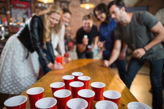 Freunde genießen bier pong spiel in der bar