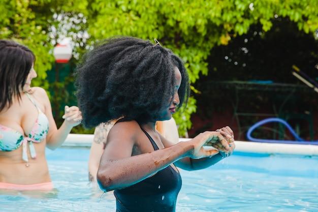 Freunde genießen das schwimmbad