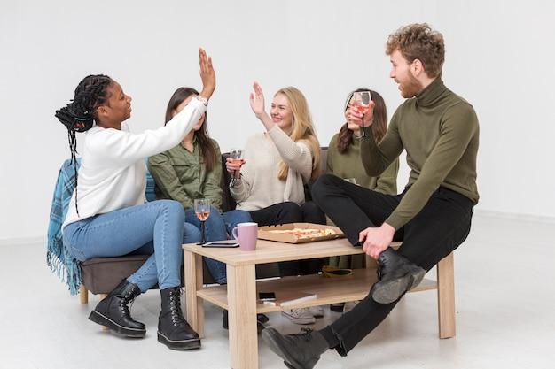 Freunde genießen gemeinsam das mittagessen