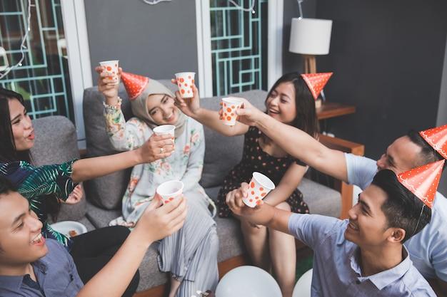 Freunde genießen party und prost