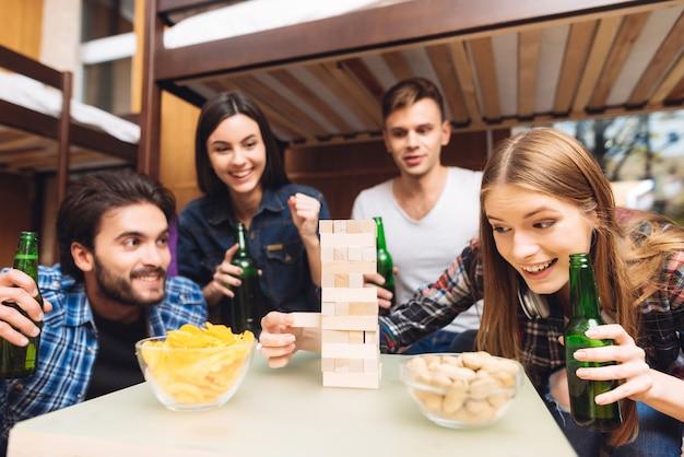 Freunde glücklich und lächeln spielen in jenga.