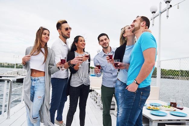 Freunde gratulieren seinem freund zu seinem geburtstag, den cafe cocktails