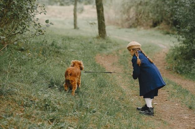 Freunde haben spaß an der frischen luft. kind in einem blauen mantel.