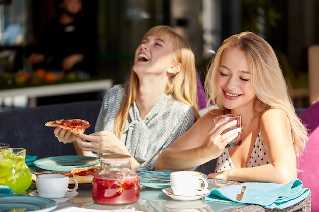 Freunde haben spaß beim treffen in der pizzeria zum mittagessen