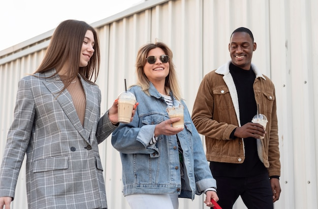 Freunde hängen ab, während sie eine tasse kaffee genießen
