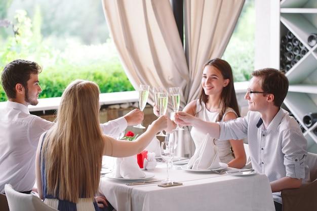 Freunde im restaurant einen toast