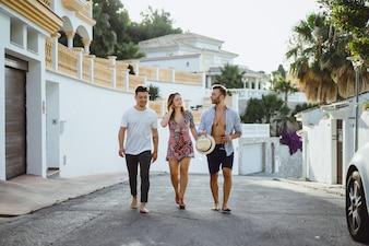 Freunde in den Sommerferien, lachen, Spaß haben, springen, durch die Straßen der Stadt laufen.