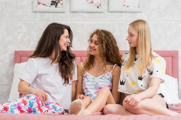 Freunde in der pijama-party, die für ein bild aufwirft