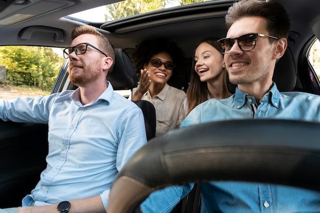 Freunde in einem auto, die zusammen eine reise machen