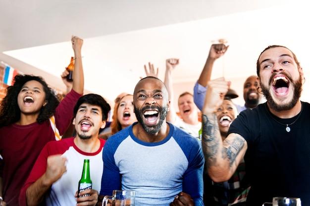 Freunde jubeln zusammen sport an der bar