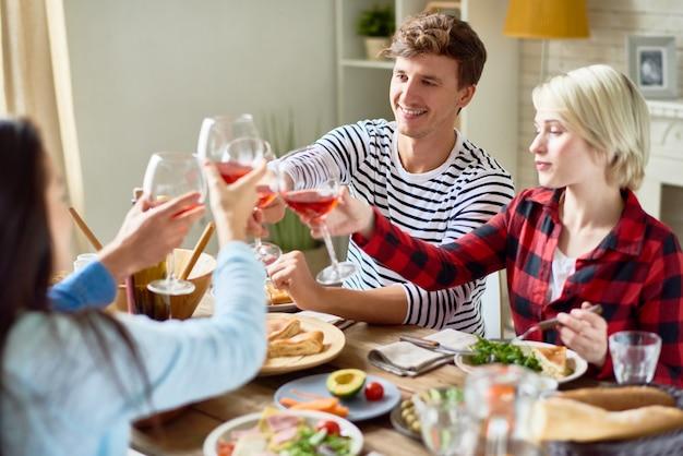 Freunde klirren bei der dinnerparty