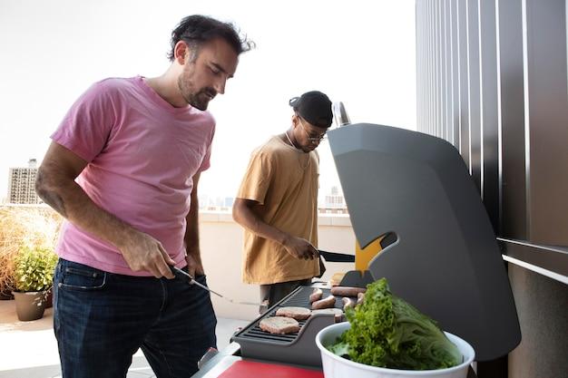 Freunde kochen gemeinsam beim grillen