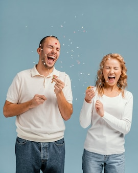 Freunde lachen und knallen konfetti