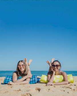 Freunde liegen am strand zusammen