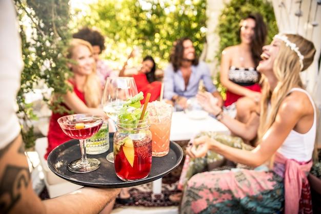 Freunde machen party in einer loungebar
