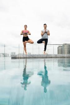 Freunde machen zusammen yoga