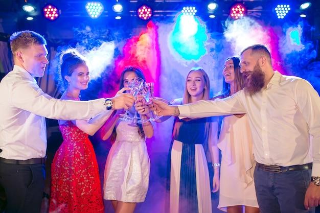 Freunde mit alkoholischen getränken auf einer party.