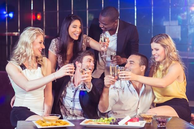 Freunde mit champagner und snacks