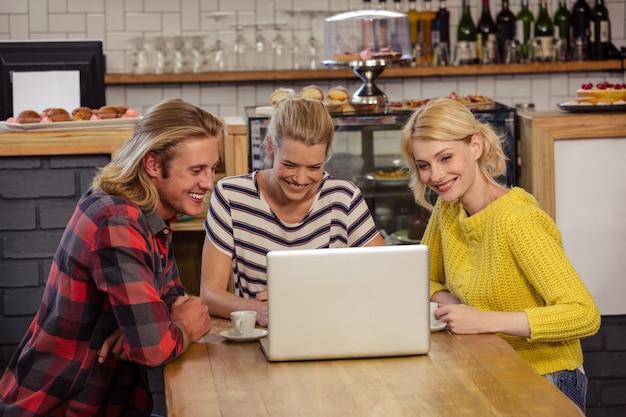 Freunde mit einem laptop