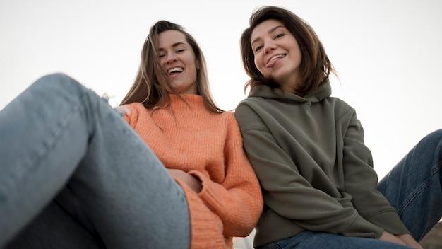 Freunde mit geringer sicht, die herumalbern