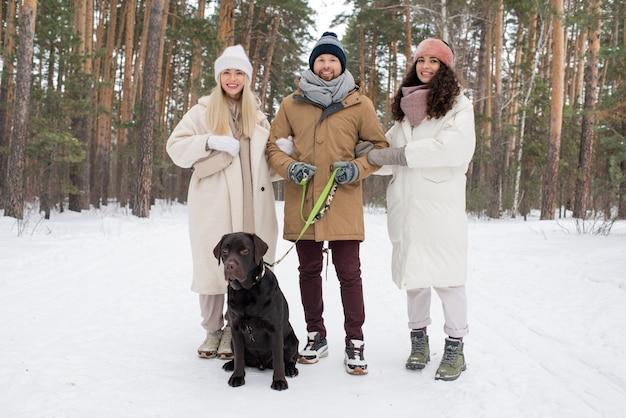 Freunde mit hund am wintertag