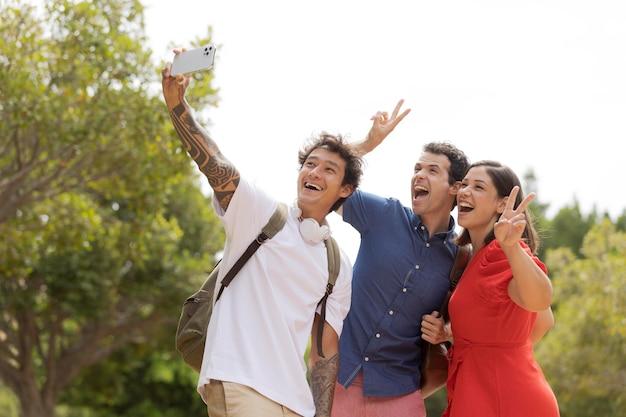 Freunde mit mittlerer aufnahme, die selfies machen