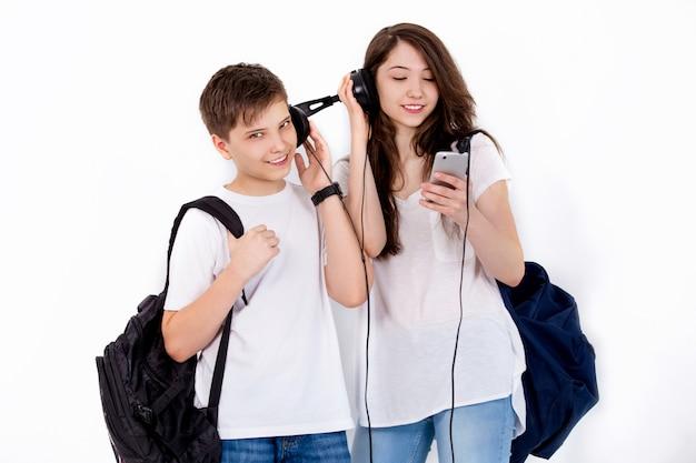Freunde mit rucksäcken, die musik hören
