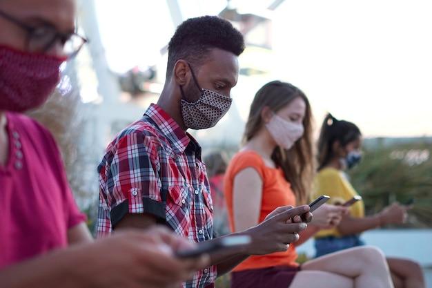 Freunde mit smartphone im freien