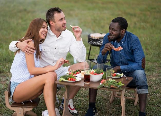 Freunde neben dem grillen essen