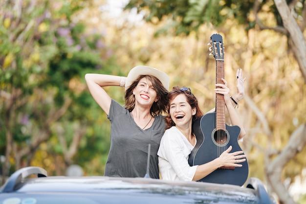 Freunde reiten mit akustikgitarre