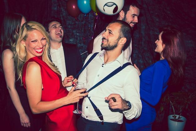 Freunde scherzen und tanzen auf der party